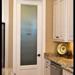 Beyaz kapılı mutfak