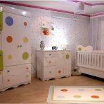 Puan desenli bebek odası