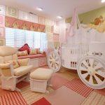 Kraliyet arabalı bebek odası