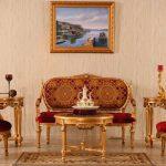 Altın varaklı kırmızı koltuk takımı