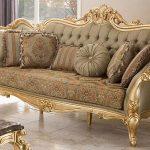 Altın varaklı klasik koltuklar