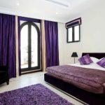 Mor yatak odasi dekorasyonu nasil olmali